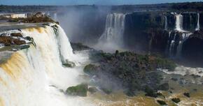 イグアスの滝のボートツアー 水煙と落下する水の圧力を体で感じて。