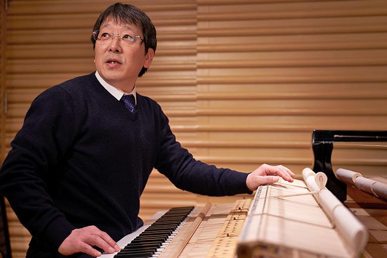 ピアノの調律は、周波数を物理的に区切った値に合わせればいいのではなく、高いほうの音は40セント以上高く、低い音は15セントから20セントぐらい低い音程に調律します。