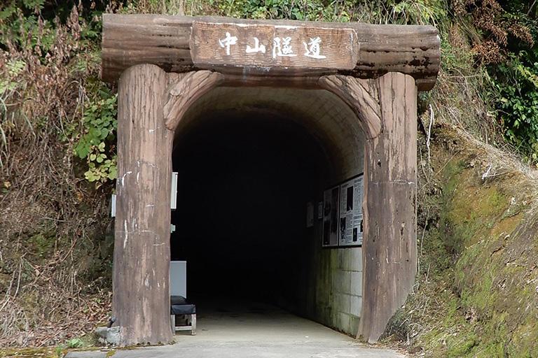 新潟県の中山峠にある中山隧道。冬場は雪で閉ざされ、病院へ行けずに命を落とす人もいたことから、地元の人たちがツルハシだけで16年かかって掘り抜いたもの