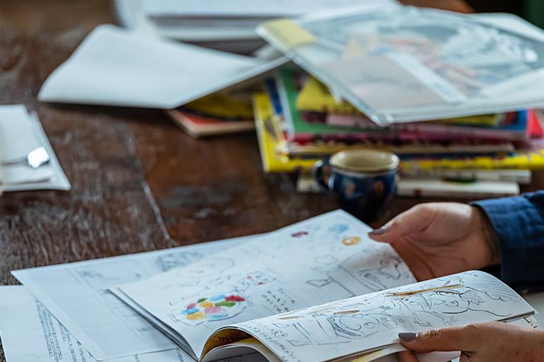 ダミーで内容の検討を重ねて、最終的に固まった段階で、実寸のラフの作成、本描きと進めていただきます。