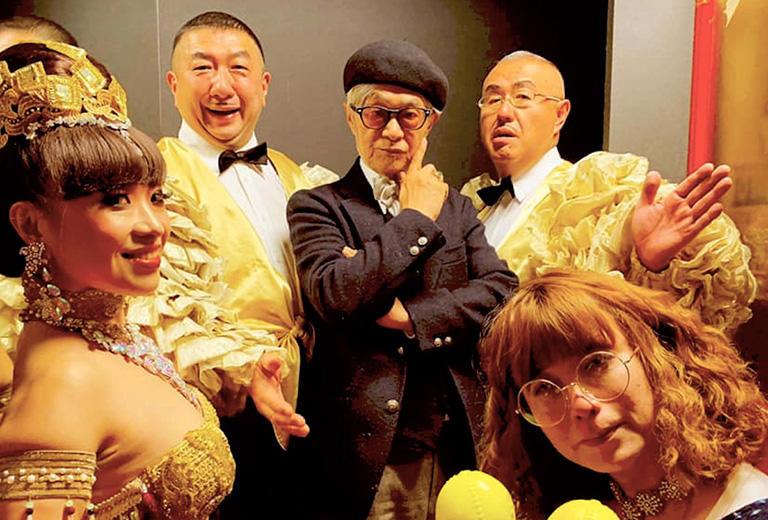 1991年7月3日にメジャーデビューした「東京パノラママンボボーイズ」(パラダイス山元+コモエスタ八重樫+ゴンザレス鈴木)と、バーレスクダンサー ミス・キャバレッタさん(左)と、歌手 タブレット純さん(右)