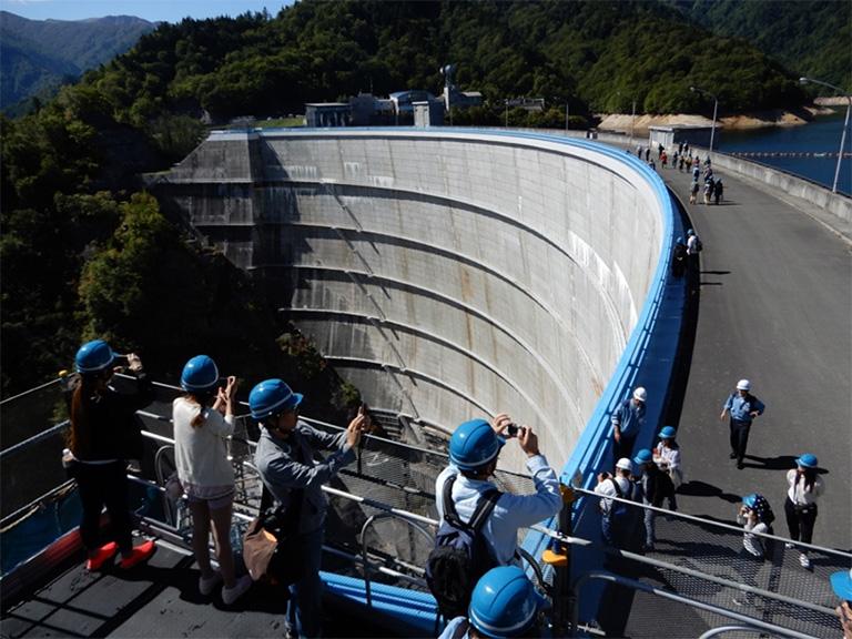 ふだんは入ることのできない場所を案内してもらえるのも、ダムツーリズムの醍醐味。このダム堤体(本体)の中には管理用のエレベーターがあった。ダムの下から、一気に天端(堤体の上)へ