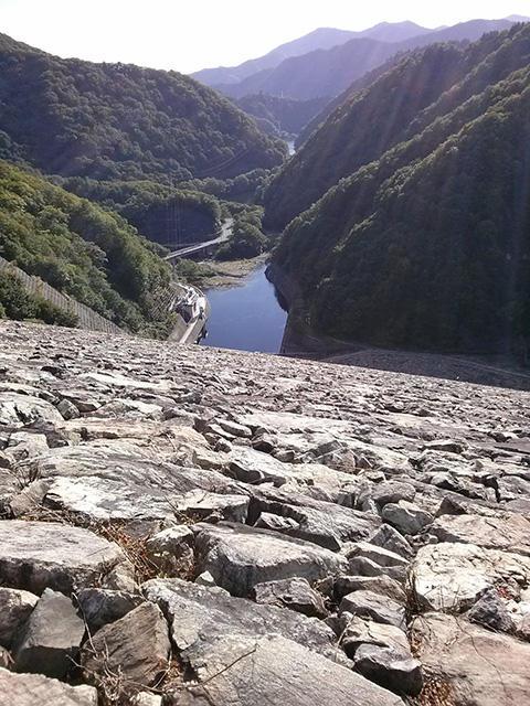 奈良俣ダムを上から見下ろす。石がみちみちに積み上げられているのが分かる