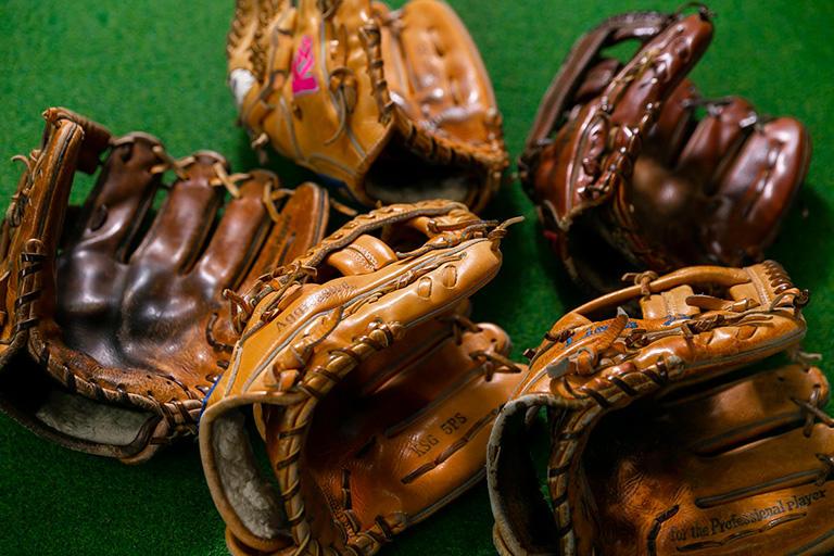 お店にはプロ野球のレジェンドたちが使用していたグラブがずらりと飾られている。