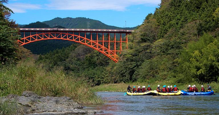 上路式のアーチ橋では路面がアーチ部分の上にあるので、渡っているときはアーチ橋と気づかないことも(東京都青梅市にある奥多摩橋)