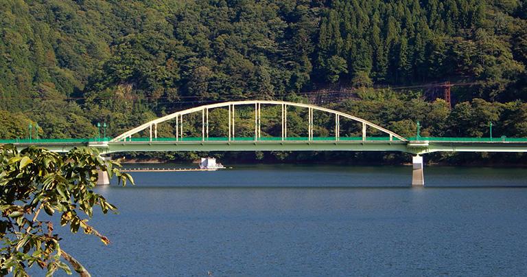下路式の鋼アーチ橋。この橋は、アーチだけでなく桁の部分でも力を分担している「補剛アーチ橋」という形式だ(奥多摩湖の深山橋)