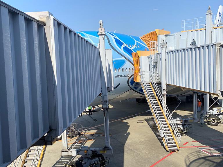 A380には、ボーディングブリッジが、上に1本、下に2本の 計3本