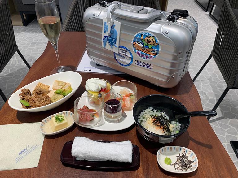 新設されたホノルル空港 ANA SUITE LOUNGE の鮭茶漬け、牛すき焼き