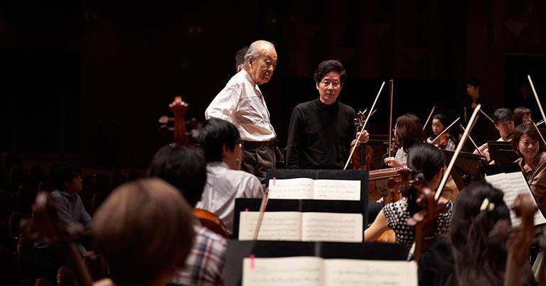 指揮者の指示を解釈し、演奏で具体的に示す。