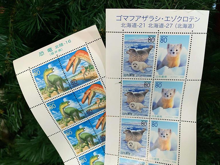 かわいらしい動物の切手や、本当のところ恐竜ってこんな色なの?という切手はなかなか使えません。