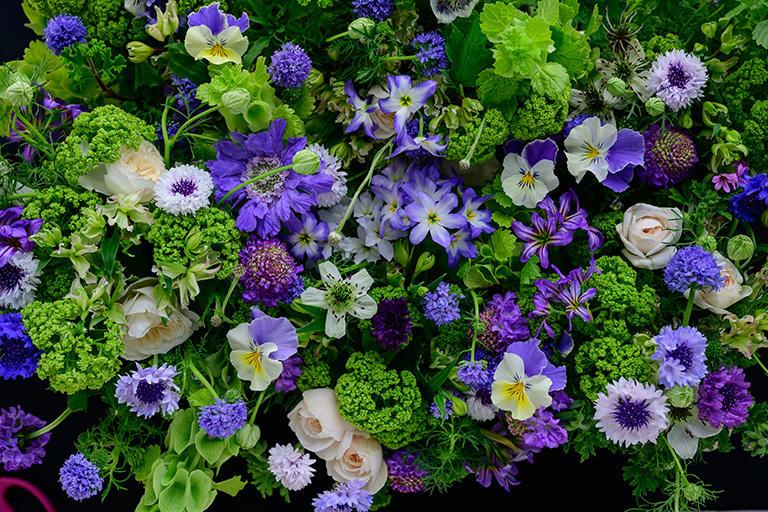 ブーケドフォトのクラスで作った「ネアンデルタール人の花束」。最近の研究で、ネアンデルタール人の埋葬場所から「矢車菊」の花粉が大量に発見されたことを受け、人類以前の、はるか古代の文化にも花を愛でる気持ちがあったのかもしれないと、テーマに取り上げた。