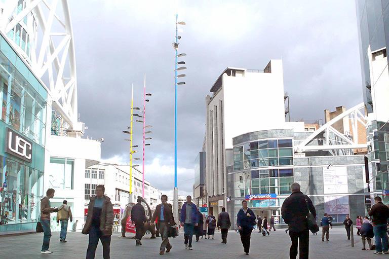 バーミンガムの「コンクリートカラー」を渡る歩行者専用の街路