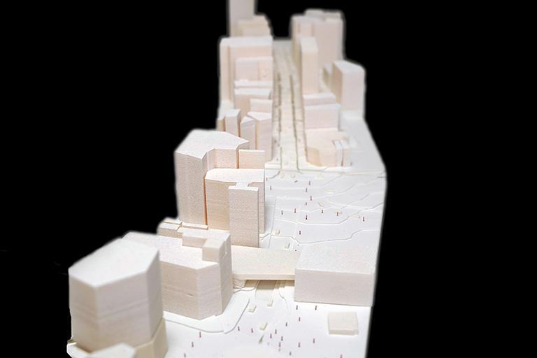 太田さんが歩行者空間化の調査のために作った600分の1模型。渋谷駅前、道玄坂から宮益坂を望む。