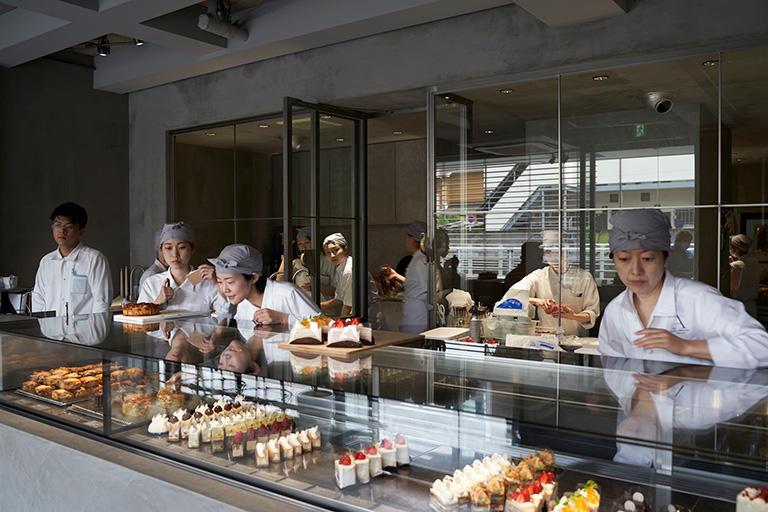 店内のオープンキッチンで行われる菓子づくりの様子を、すべて見ることができる