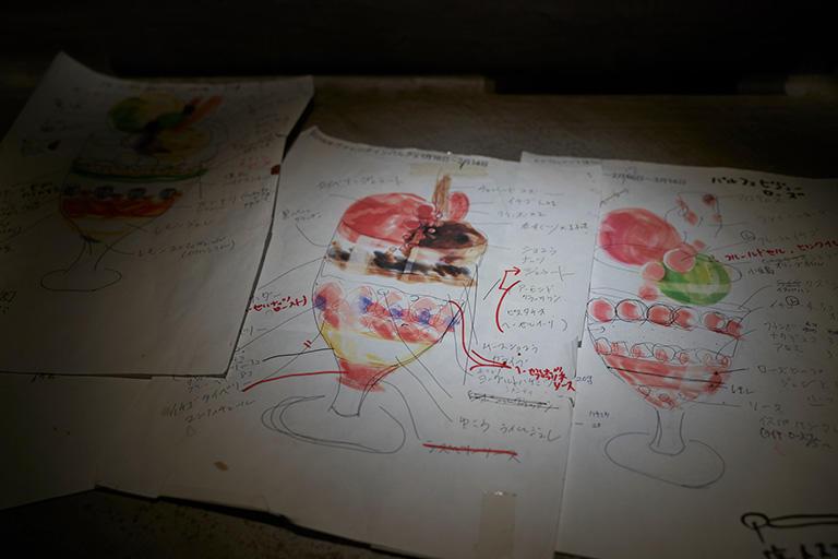 「パルフェビジュー」のデザインは岩柳さんが手描きする。これが制作指示書にもなる。