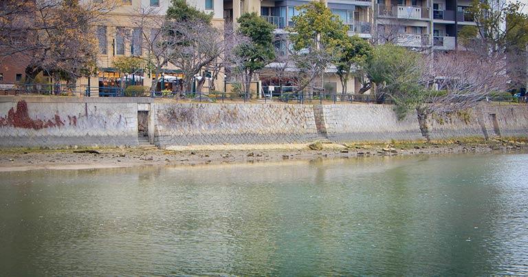 広島には、それぞれの家には裏木戸から川へ下りる「雁木(がんぎ)」という階段がついていました。
