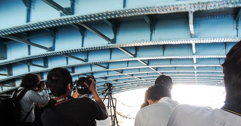 ↑橋の下が近い! 船頭さんの合図で、全員が頭を下げてくぐり抜けたりする(汗