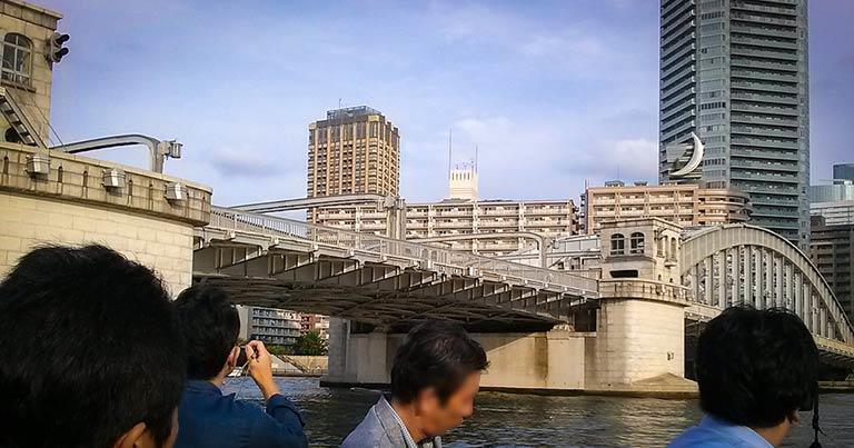 ↑隅田川の復興橋梁の一つ、勝鬨橋。大型船が通るときに上に跳ね上がって開く「跳開橋」で、今では稼働していないものの、完成当初は1日5回、開いていたという