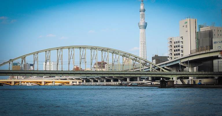 ↑総武線の鉄橋と東京スカイツリー。船の上からは、陸上とはちがう構図で街を眺めることができる。