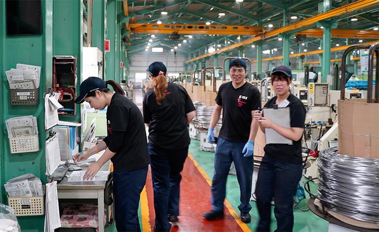 ↑興津螺旋の工場。女性も男性も生き生きと仕事をしている