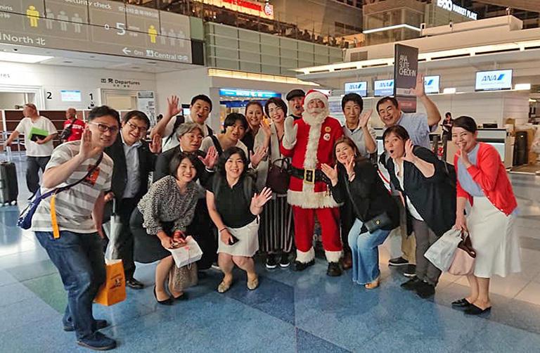 世界サンタクロース会議に出席するため羽田空港を出発する際、深夜にも関わらず、今年も多くの方々がお見送りに来て下さいました。とっても励みになります。羽田空港国際線ターミナル (撮影:通りすがりの親切な方)