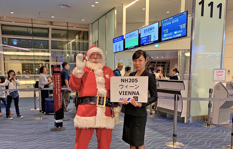 今年初めて、ウィーン経由でコペンハーゲンに向かいます。新規就航の際、初便の予約に失敗、ようやく乗ることができます。(撮影:ANAのグランドスタッフの方)