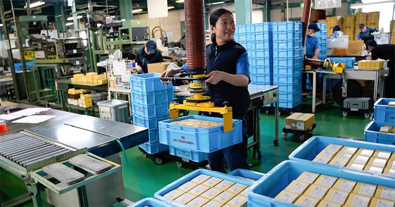 ↑工場に設置されている、ねじを入れた重い箱を移動するためのリフト