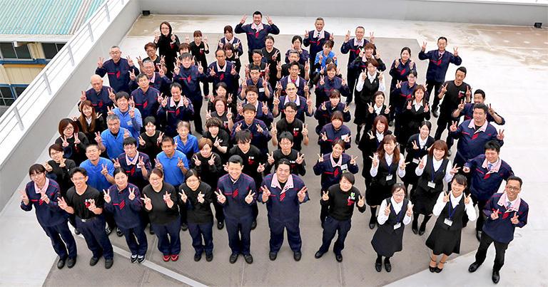 ↑創業80周年を迎えた興津螺旋株式会社のみなさん。「ねじ部品の総合コーディネーター」として高く評価されている。
