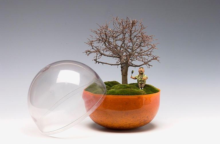 カプセルトイの入れものも、鉢がわり。マン盆栽には制約、流儀もありません。やってはいけないことは一切ありません。作品が、粋に見えるか否か、それだけです。(撮影:Hideki Tanaka)