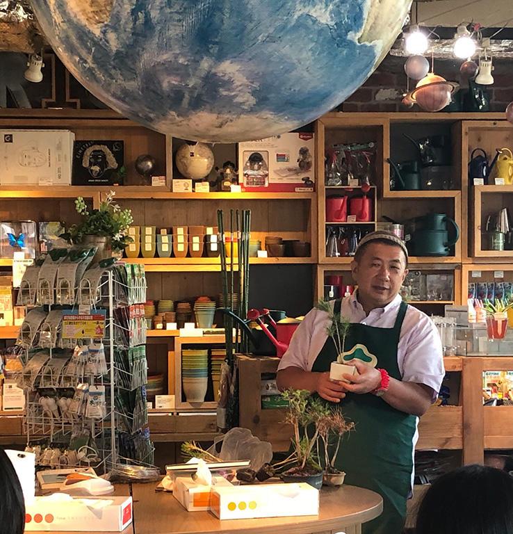東急ハンズ渋谷店で、25年ぶりとなるマン盆栽ワークショップが開催されました。抽選で選ばれた参加者と、ラフ・コントロールのお二人も駆けつけて下さいました。「とにかく、ご自身で好きなようにつくって、好きに育てて下さい」と私。樹齢4年の黒松が、各々どのように育っていくのか楽しみです。(撮影:Yuka Shin Etoh)