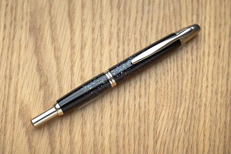 キャップレスシリーズは、ノックをするとペン先が出るノック式です。