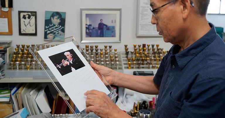 工房内に飾られていたモーリス・アンドレから亀山さんにあてられた手紙