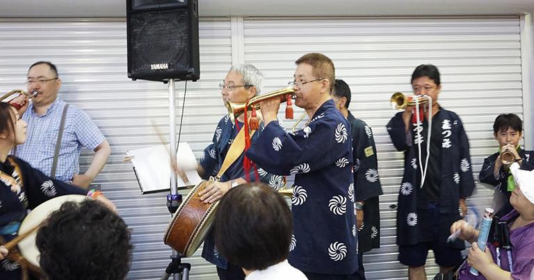 サザンクロスの音楽会のフィナーレ、浜松祭の砂山町ラッパ隊の一員としてラッパに参加する亀山さん