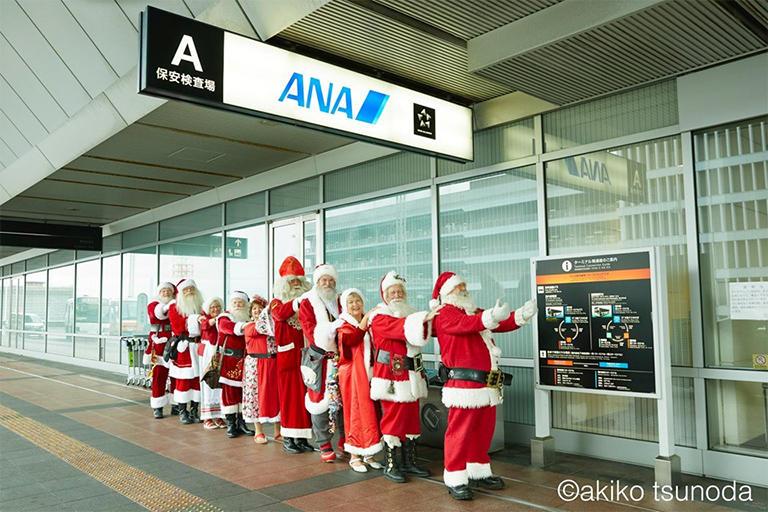 世界各国からの訪日した公認サンタクロース 羽田空港 (撮影:角田明子)
