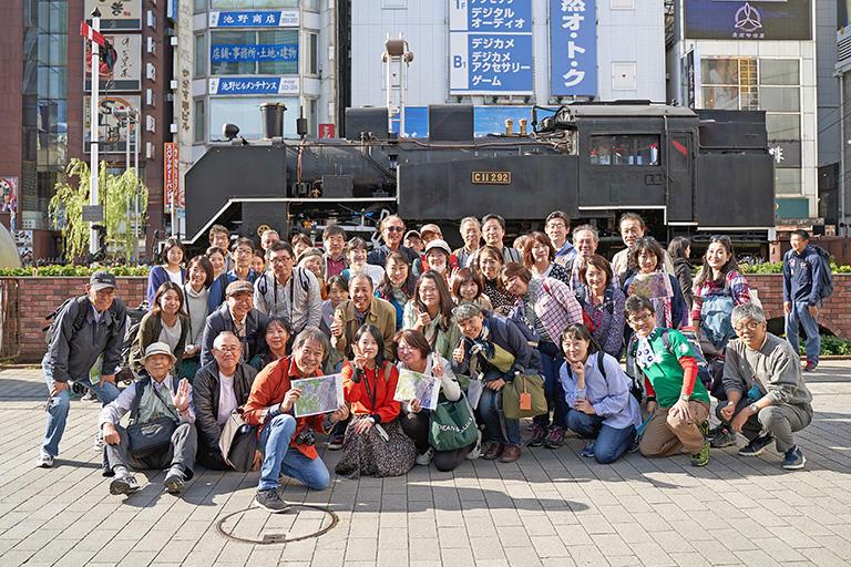 新橋駅前のSL広場には集まったメンバー。多くは、はるばる名古屋から東京のスリバチを味わいに来た皆さん