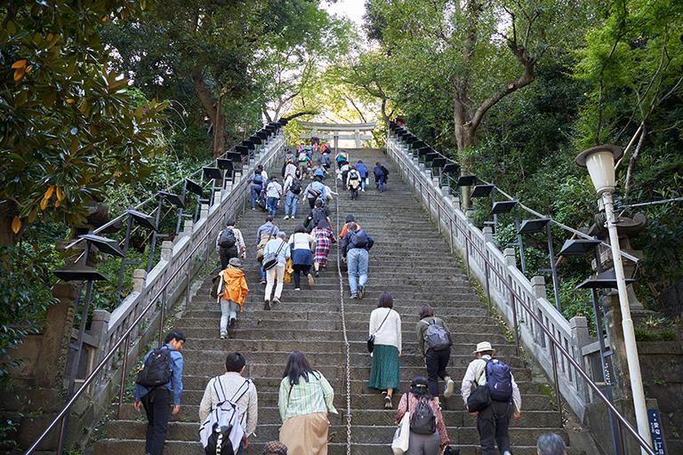 愛宕神社の参道の階段。後ろを振り向くと足がすくむほどの急階段