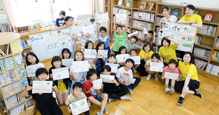 今私たちは新宿区の落合第六小学校で授業を持っていて、そこでは小学生たちが自分たちで絵を描いて論議しています。