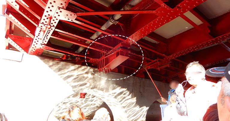 太田橋の落橋防止装置(写真中央)。地震の揺れで橋桁が橋台(護岸)からずれても落ちないように、腕のような部材を延ばして桁を支えている