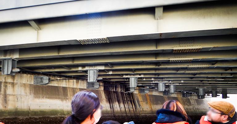 落橋防止装置にはいろいろな種類がある。これは桁と護岸(橋台)をケーブルでつなぎとめるタイプ
