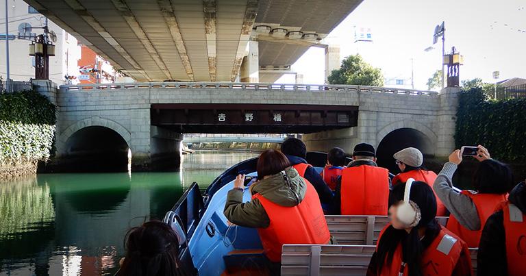 橋台や欄干が石張りの吉野橋。2019年3月に横浜市の歴史的建造物に認定された