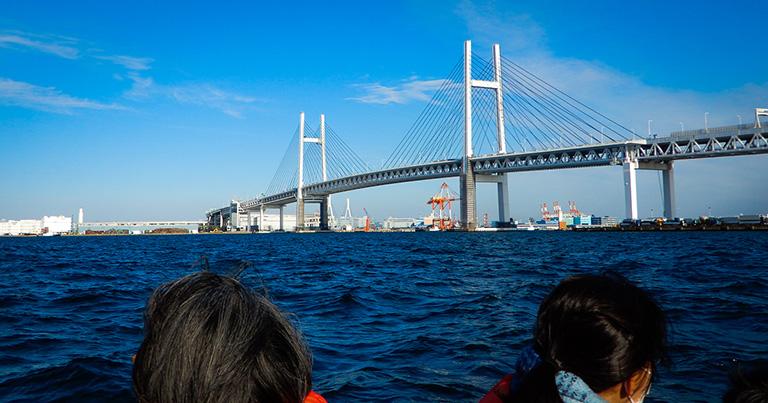 海上に優美な姿を見せる横浜ベイブリッジ。2本の塔から斜めに張ったケーブルで桁を吊る「斜張橋」だ