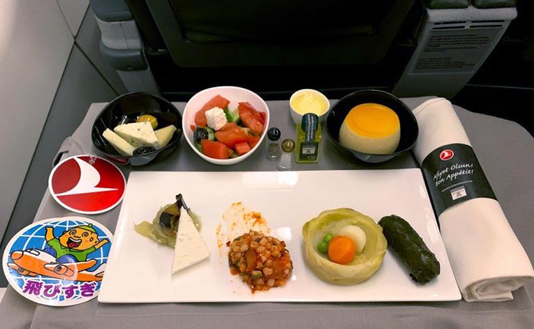 オスロ→イスタンブール トルコ航空の機内食 オードブル やはり日本ではなかなか味わえない品々ばかり。 (撮影:筆者)
