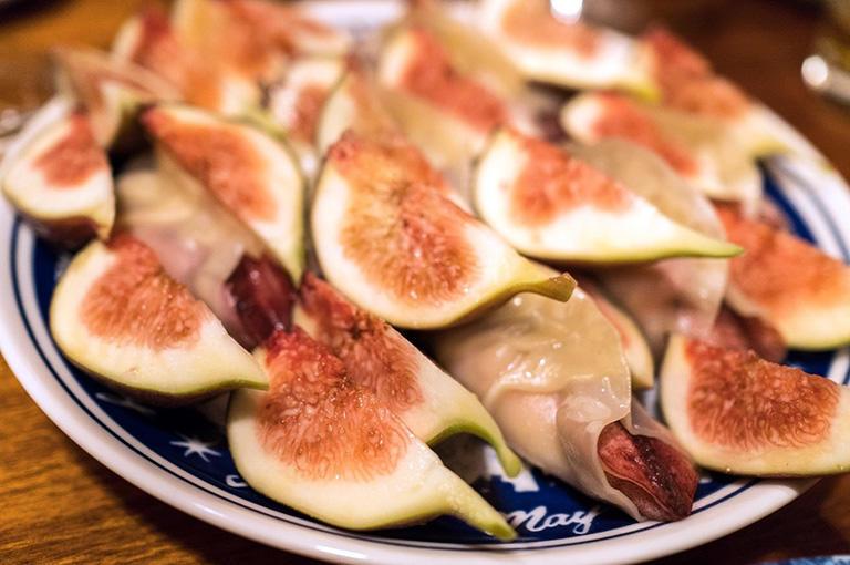 デザートと見せかけておいて餃子が出続けるという蔓餃苑の餃子のフルコース。イチジクの間に、ヤリイカの餃子が隠れている〝餃子の擬態〟