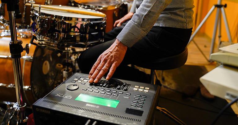 電子ドラム用の音源モジュール。演奏する神保さんのすぐ脇に設置されている。