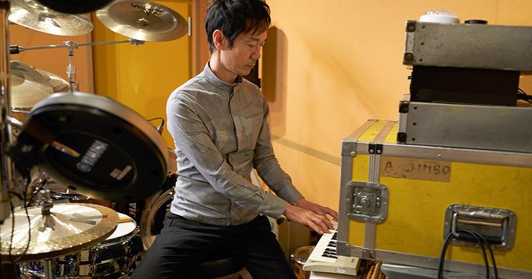 ドラムに連動する音源をプログラムするための鍵盤を弾く神保さん