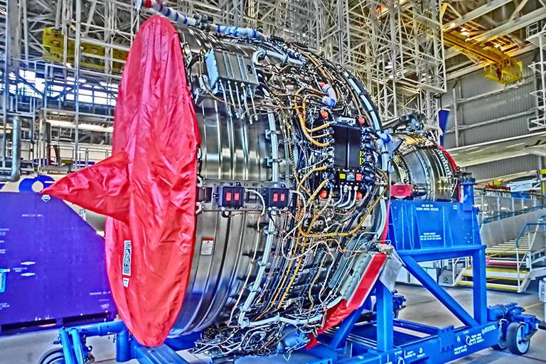 飛行機のエンジンは、普段はカバーがかかっていてツルンとしていますが、中の構造の複雑さに目を奪われます。 (撮影:筆者)