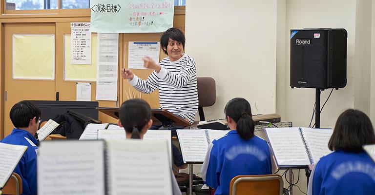 実は教えているという感覚はあまりなくて、最初は指揮棒を振るだけで音が出てくるのが楽しかった(笑)。