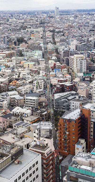 地上26階から見下ろすと、水道みちが真っすぐに延びているのが分かる。道の突き当りに、かすかに見えるのが駒沢給水塔。
