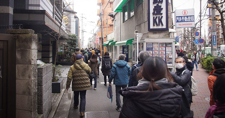 水道みちの入口(左側)は、世田谷通りからY字型に分岐している。