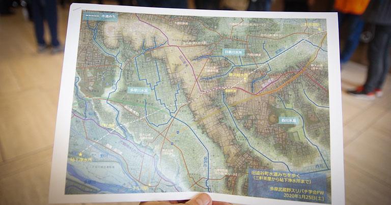 台地と平地、谷筋の低地が色分けされた地図。右上の三軒茶屋から左下の砧下浄水所まで、ほぼ直線の水道みちを歩いた。